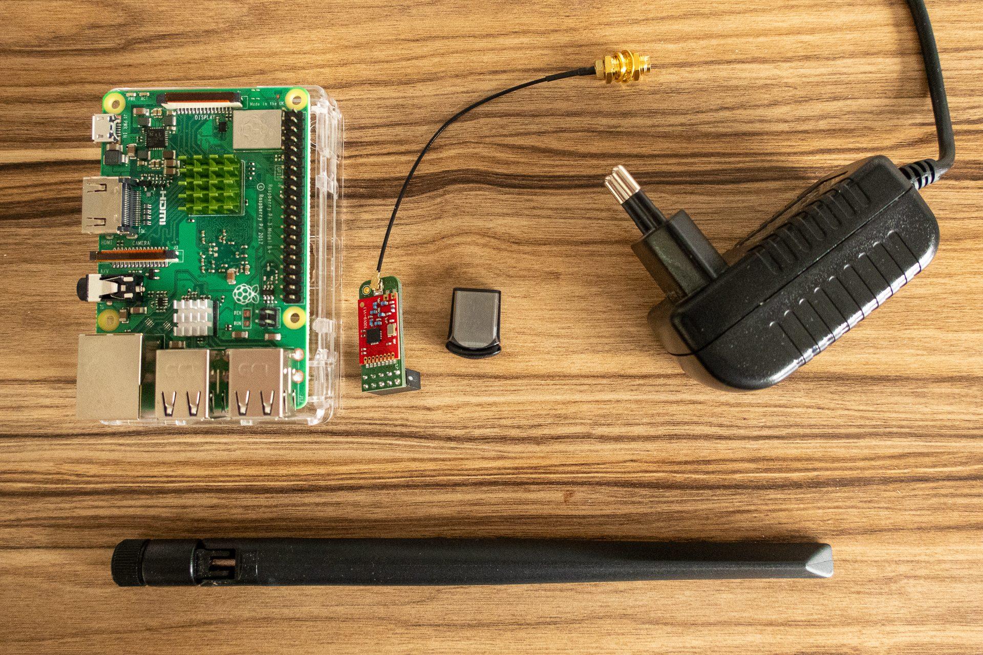 Raspberry Pi 3B+, CC1101 Modul, Antenne, USB und Netzteil